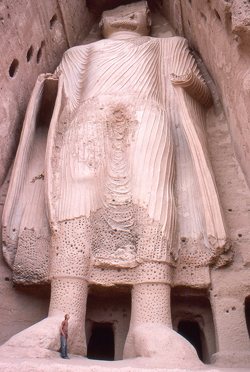 Smaller Bamiyan Buddha from base, Afghanistan 1977, destroyed by Taliban in 2001 (Phecda109)