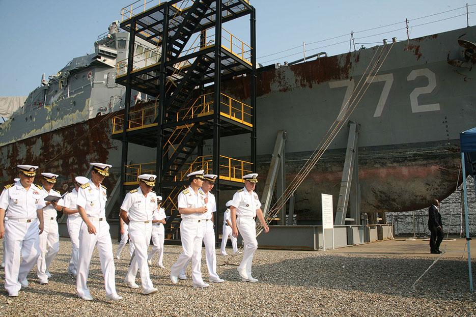 South Korean and U.S. admirals inspect wreckage of ROKS <i>Cheonan</span> at Pyeongtaek, September 2010 (U.S. Navy/Jared Apollo Burgamy)