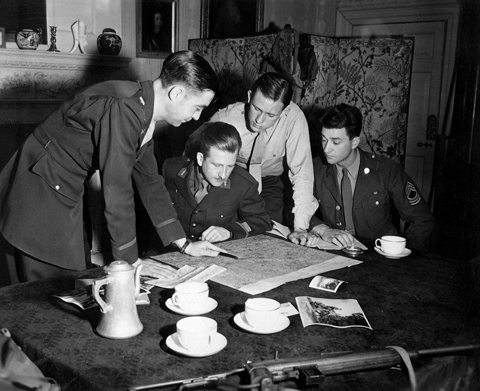 Jedburghs get instructions from briefing officer in London, 1944 (U.S. Office of Strategic Services)