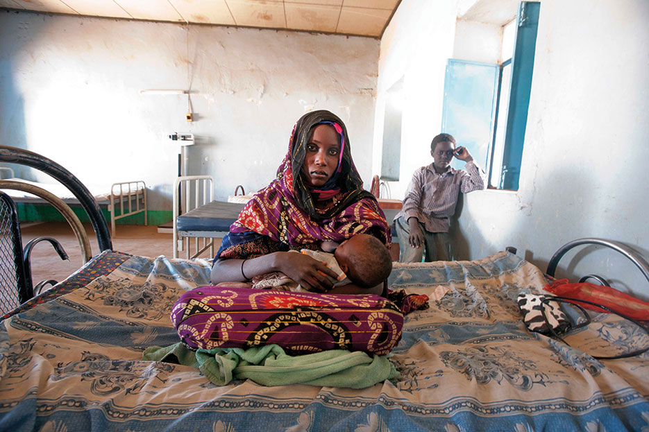 Sudanese woman with her undernourished baby in Malha hospital, North Darfur (UNAMID/Albert González Farran)